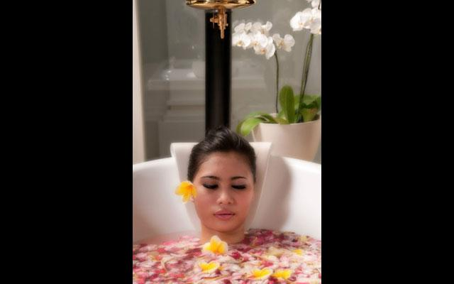 Spa Nusa Dua - The Royal Santriian Spa : flower bath